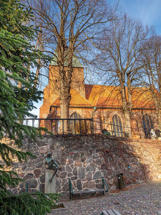 Den Eulenspiegelbrunnen hatte sich bereits Mitte November hinter dem künftigen Weihnachtsbaum der Gemeinde verborgen.
