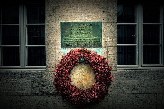 Memorial plaque in the courtyard of the Bendlerbloch in Berlin with the names of the officers shot in the night of the 1944-07-20 (c) www.strobgalerie.at