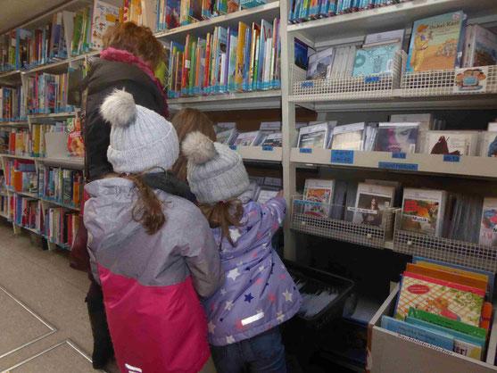 Kinder stöbern im Medienangebot der Fahrbibliothek         Foto: Weil
