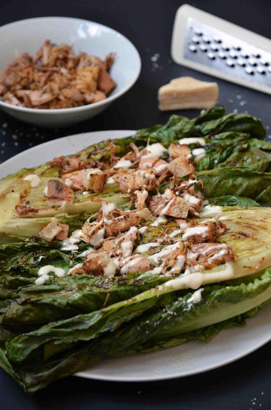 Die Variante: gegrillter Caesar´s Salad kann ganz nach eigenen Wünschen angepasst und variiert werden. In jedem Fall lohnt es sich geschmacklich sehr Blatt- und Wildkräutersalate (nicht nur im Sommer) auch zu grillen.