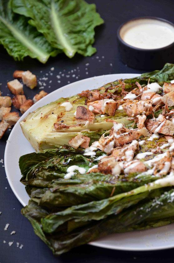 Die perfekte BBQ-Sause oder auch ein tolles Abendessen im Sommer: frisch gegrillter Salat - direkt vom Rost. Schnell zubereitet und super für Salatklassiker - wie hier Caesar´s Style - oder auch durch individuelle Wünsche variantenreich anpassbar.