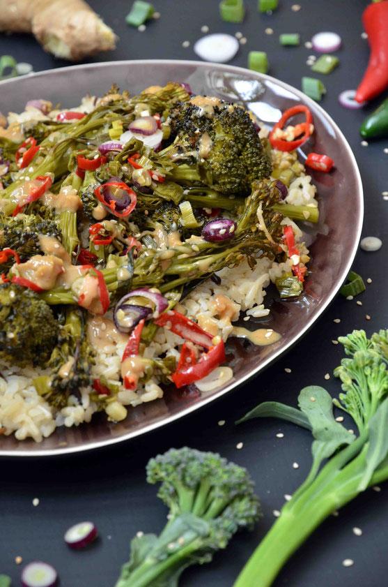 Wilder Brokkoli - bunt angerichtet auf Reis mit Chilis, Ingwer und Frühlingszwiebeln.