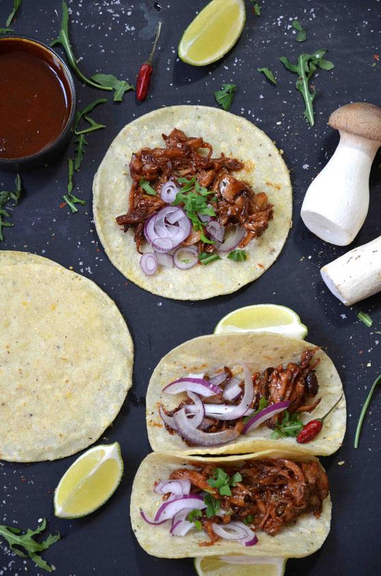 Ob offen oder geschlossen: Tacos können auf verschiedenste Arten als Streetfood belegt und serviert werden. Hier sind der Kreativität keine Grenzen gesetzt.