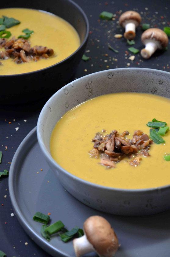 Maronensuppe ist etwas außergewöhnlicher als andere klassische Suppen und verleiht auch so dem heimischen Essensplan den besonderen Pfiff – nicht nur an festlichen und Feiertagen.