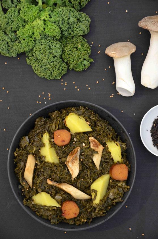 Ähnlich wie bei Eintöpfen gilt: Grünkohl am besten schon mindestens einen Tag vorher zubereiten und kochen. dann schmeckt er am besten. Das geht auch mit allen veganen Zutaten ganz wunderbar.