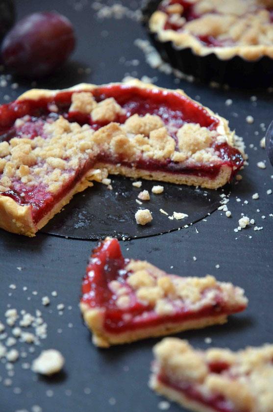 Ob pur oder mit Sauce, Sahne oder Eis - die Pflaumen-Streusel-Tarte ist der perfekte süße Snack für zwischendurch.