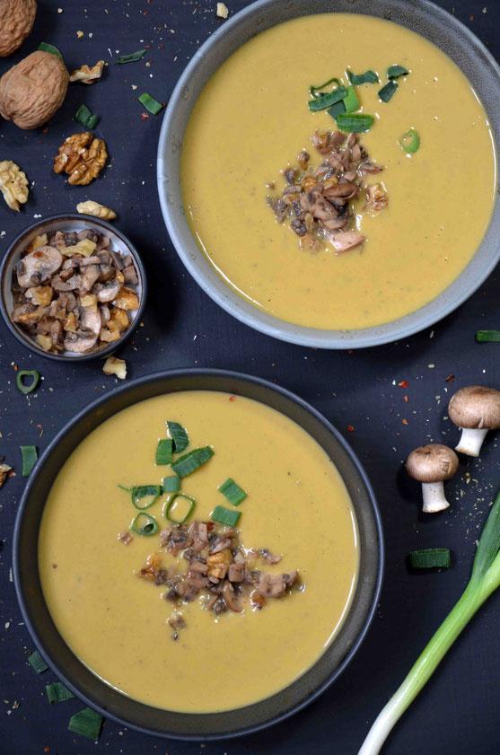 Das Topping für die Maronensuppe kann nach individuellem Geschmack und Anlass angepasst werden: hier herzhaft und zu Weihnachten bspw. auch ganz hervorragend fruchtig-süß.