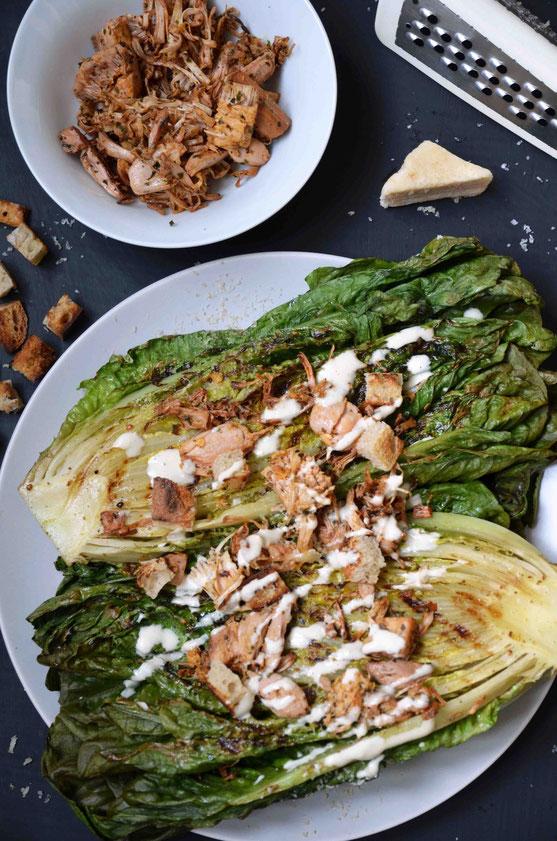 Eine spannende Abwechslung auf dem Grill: Salatvariationen mit verschiedensten Toppings, die leicht vorbereitet werden können. Wie hier zum Beispiel mit Jackfruit und Croûtons.