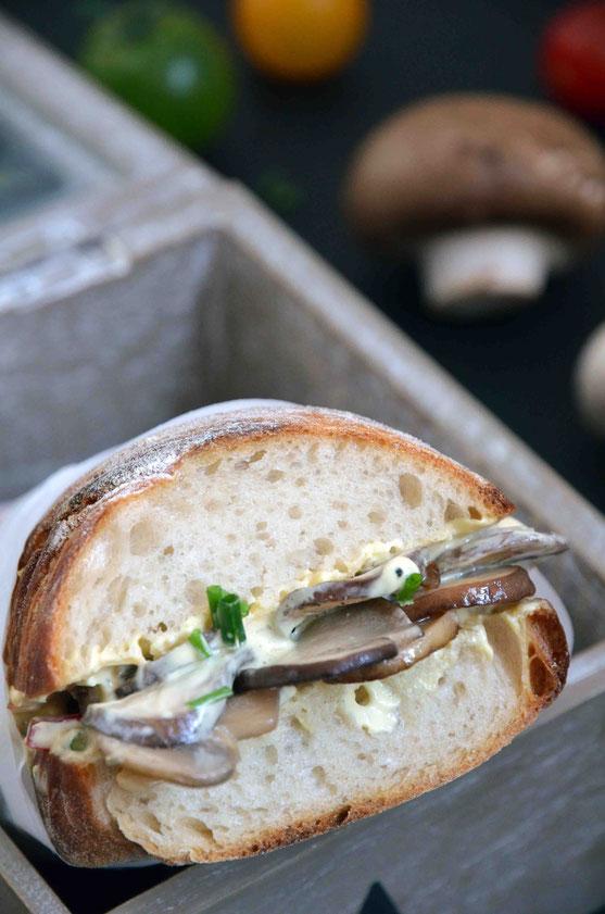 Besonders unterwegs eignen sich alle Zutaten auch dazu, das Champignon-Baguette kalt als Sandwich/Croque zu essen.