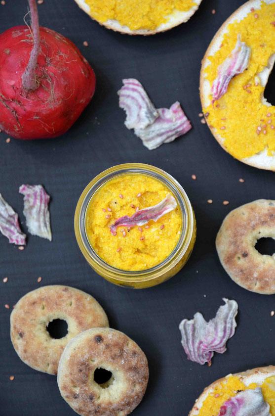Perfekt zu jeder Brotmahlzeit: selbst gemachter, schneller Aufstrich aus frischen Zutaten der Saison. Die perfekte Kombination im Sommer: Möhre und Bete.