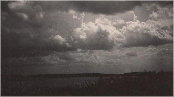 Schaurig-schöne Stimmung über dem Byhleguhrer See, 1930er Jahre.