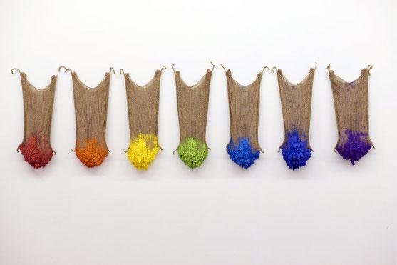 Sept sacs  2015  sacs en toile de jute, plâtre et pigments - 218x45cm