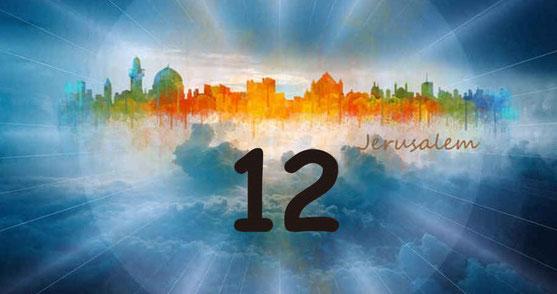 Le nombre 12 est réitéré à de multiples reprises. La nouvelle Jérusalem est entourée d'une muraille avec 12 portes ; A ces portes se trouvent 12 anges ; La muraille a 12 fondations ; Ces fondations portent les noms des 12 apôtres ;