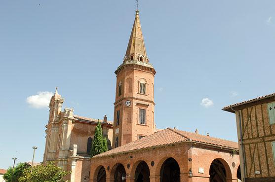 Halle et église de Mazères. Crédit photo : Couleur Média