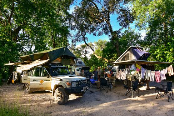 Nach Ankunft werden erstmal Matratzen, Zelte, Autos und Kleider getrocknet