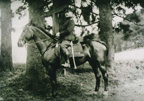 1940: Landjägermeister Josef Ramm aus Eslohe am alten Wegekreuz am Wennerstich.