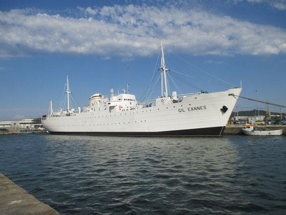 Blickfang im Hafenbecken von Viana: Das Hospitalschiff für portugiesische Kabeljaufischer