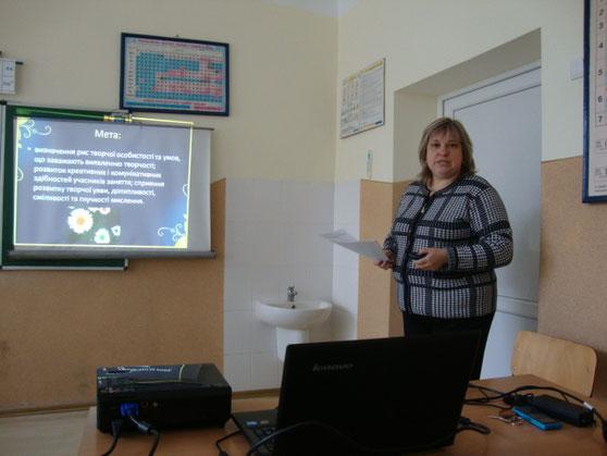 Шкільний психолог представляє мету тренінгу