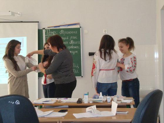 Дівчата 10 класу вчилися надавати першу долікарську допомогу