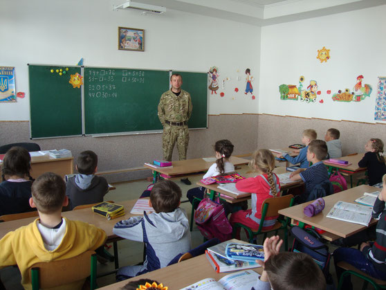 Учні першого класу слухають розповідь очевидця і героя
