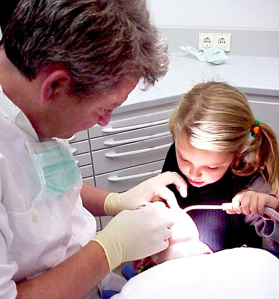 Schwester hilft bei der zahnärztlichen Behandlung ihres Bruders