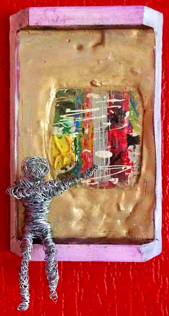 eine recht unregelmäßig gewickeltes Männchen aus Metalldraht in cooler Siegerpose. Ein gelassener Freigeist eben!