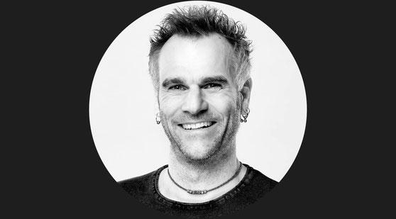 Thomas Heck – Grafikdesigner aus Karlsruhe (Schwarz-Weiß-Portrait)