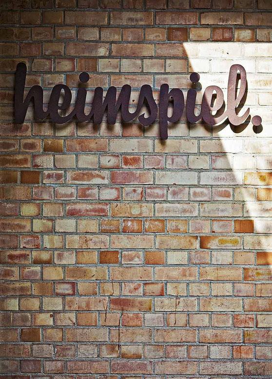 heimspiel - die Kneipe am KIT - Schriftzug aus Kortenstahl im Eingangsbereich