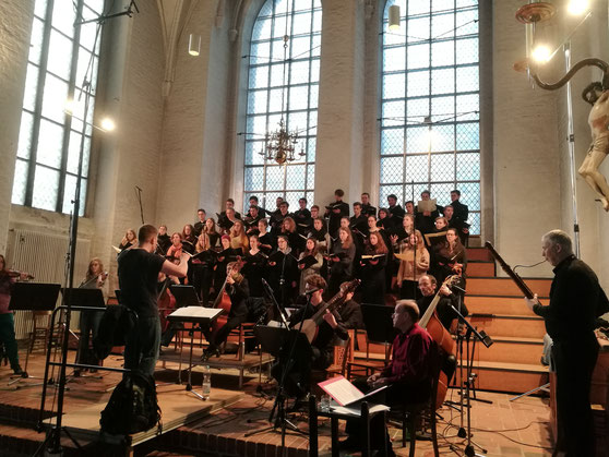 der Bundesschulmusikchor 2019 bei seinem Auftritt in St. Aegidien, Lübeck