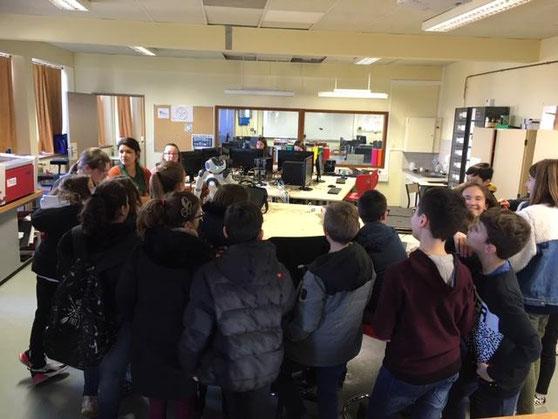 """Les élèves de CM2 en immersion au collège ont visité le Fablab où ils ont été accueillis par NAO un robot """"intelligent""""."""