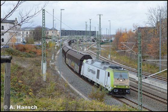 285 111-1 hat am 19. November 2017 einen umgeleiteten Porschezug am Haken. Dieser verlässt hier Chemnitz Hbf. gen Zwickau