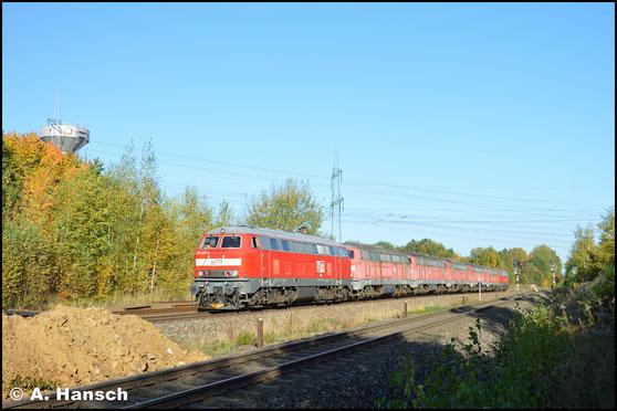 218 467-9 (MEG 305) diente am 17. Oktober 2017 an einem Lokzug, bestehend aus 5x BR 215.9, als Bremslok. Die Fuhre (hier zu sehen in Wittgensdorf ob. Bf.) ging von Chemnitz nach Espenhain zum bekannten Verwerter