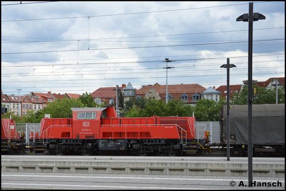 261 064-0 und Vorspannlok 261 047-5 durchfahren am 1. August 2016 mit kurzem Güterzug Erfurt Hbf.