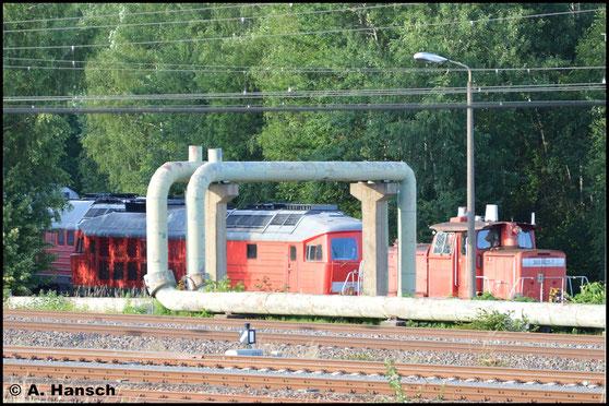 232 359-0 versteckt sich hinter 363 827-7 am AW Chemnitz. Beide Loks sollen hier zerlegt werden. Das Bild entstand am 29. Juni 2016