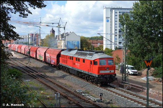 Neben 233 285-6 zog am 2. Mai 2017 232 093-5 einen Militärzug von Marienberg bis zunächst Chemnitz Hbf., von wo aus er später weiter transportiert wurde. In Chemnitz Hbf. konnte ich auf die Zuglok halten