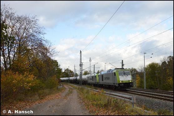 Am 24. Oktober 2018 kommt die Lok als Vorspann vor Schwestermaschine 285 119-4 am Kesselzug ins Tanklager Glösa zum Einsatz. Sie ersetzten die defekte 250 007-2, die den Zug eigentlich bringen sollte. Hier ist die Fuhre in Chemnitz-Furth zu sehen