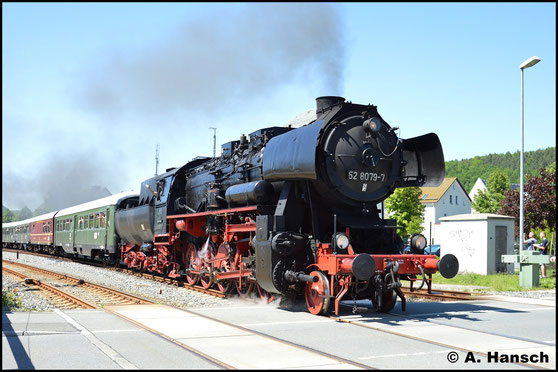 Am 28. Mai 2017 zieht 52 8079-7 einen Sonderzug aus Schwarzenberg durch´s Erzgebirge. Beim Verlassen des Bahnhofs Schwarzenberg entstand das Bild