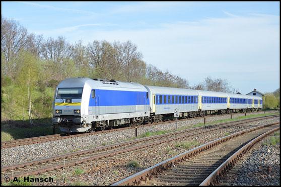 Am 22. April 2016 durcheilt sie mit gedrehter und nur 4 Wagen starker RE6-Garnitur nach Leipzig den sonnigen Oberen Bahnhof von Wittgensdorf