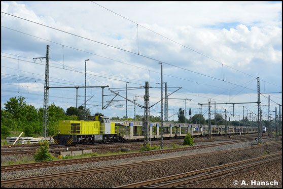 275 821-7 hat am 5. Juni 2020 einen langen Autoleerzug am Haken und rollt hier durch Luth. Wittenberg Hbf.