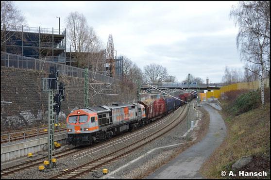 Erst 7 Jahre später, am 5. Januar 2020, begegnet mir die Lok erneut. Sie erreicht auf dem Bild mit einem Leerholzzug gerade Chemnitz Hbf.