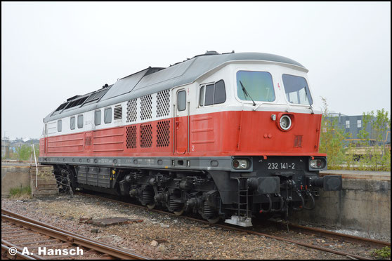232 141-2 steht am 4. Mai 2017 in Chemnitz-Süd abgestellt. Am Tag darauf fährt sie einen Flachwagenzug gen Riesa