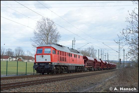 Mit einem Schotterleerzug begegnet mir 232 283-2 am 3. April 2018. Als DGV 92538 führte der Zug von Gößnitz nach Hosena