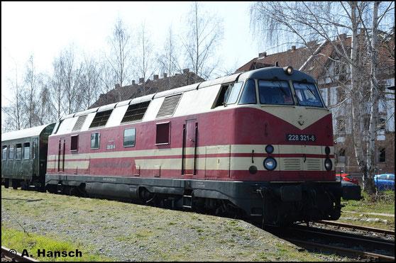 228 321-6 fährt für CLR und ist am 30. März 2019 mit einem Sonderzug im Bw Staßfurt zu Gast