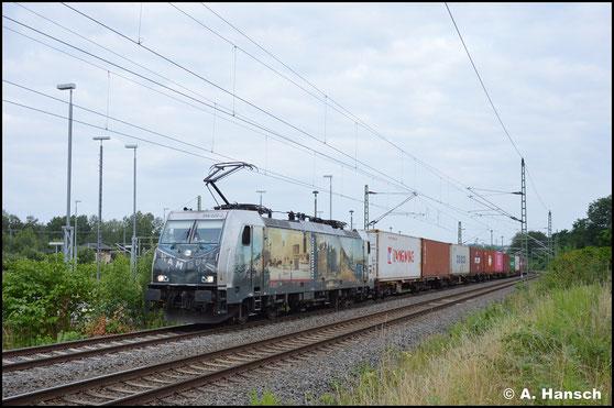 386 020-2 ist mit einer besonderen Beklebung zum Hamburger Hafen versehen. Am 20. Juli 2021 zieht sie einen umgeleiteten Containerzug durch Chemnitz-Furth gen Riesa