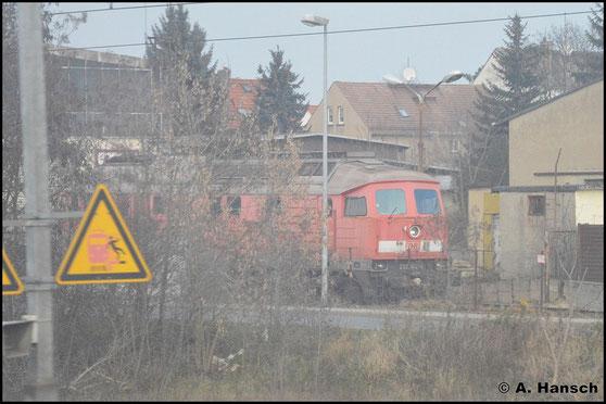 232 182-6 versteckt sich am 3. Januar 2016 in Delitzsch am LEG-Lokschuppen. Seit 2014 gehört die Maschine der LEG