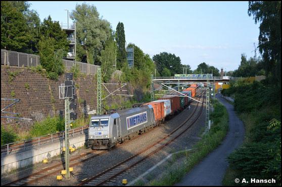 386 022-8 zieht am 19. Juli 2021 einen Elbtalumleiter durch Chemnitz Hbf. gen Riesa
