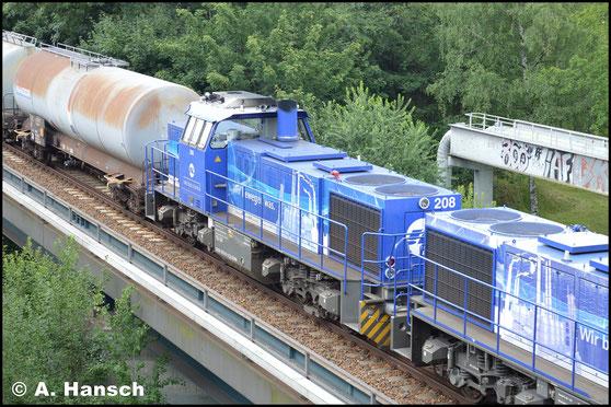 Leider nur als zweite Lok läuft am 14. Juli 2017 die 275 011-5 (InfraLeuna 208) an einem Vollkesselzug nach Hartmannsdorf. Davor zieht 275 013-1 (InfraLeuna 210). Gerade wird das Chemnitztalviadukt überquert