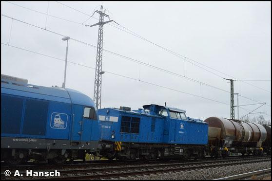 Am 28. November 2017 ziehen 202 811-6 (PRESS 204 044-6) und 223 052-2 (PRESS 253 015-8) einen Kesselwagenzug durch Chemnitz-Furth gen Riesa
