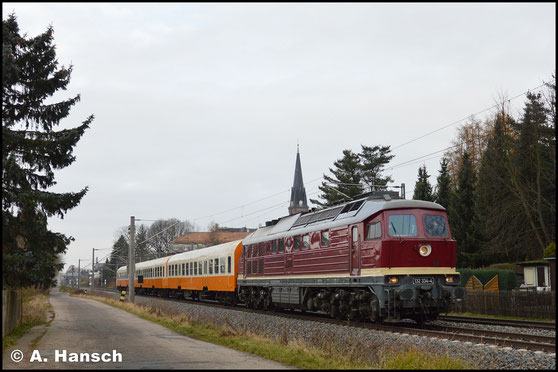 """Zu Sonderzugehren kommt die Lok am 2. Dezember 2017. Mit den 3 Städteexpresswagen hat die """"Ludmilla"""" da ein besonderes Schmuckstück am Haken. Als DPE 24242 durchfährt der Zug hier Grüna gen Chemnitz"""