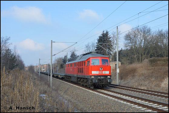 Am 27. Februar 2018 durcheilt 232 703-9 mit einem Leermilitärzug nach Marienberg das sonnige Chemnitz-Hilbersdorf
